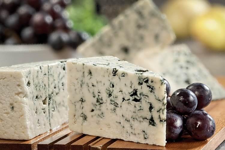 Чем полезен сыр с голубой плесенью для организма (дор блю, рокфор и другие)