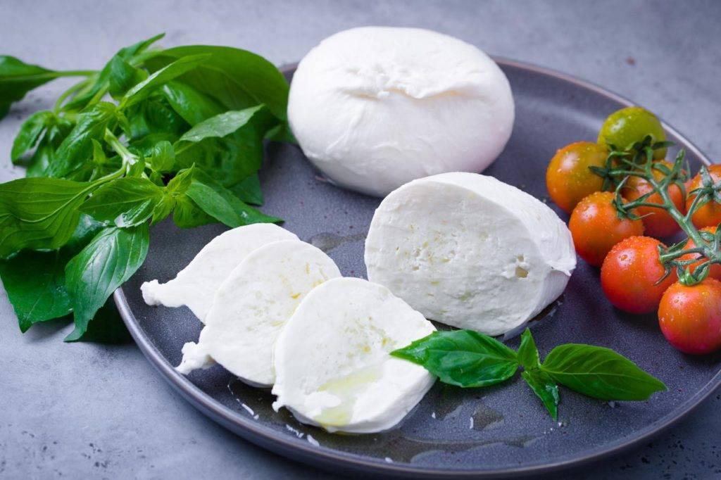 Моцарелла: приготовление дома, рецепты. свойства сыра