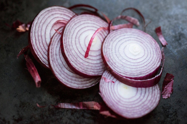 Польза и вред синего лука, ценнейшего продукта для здоровья