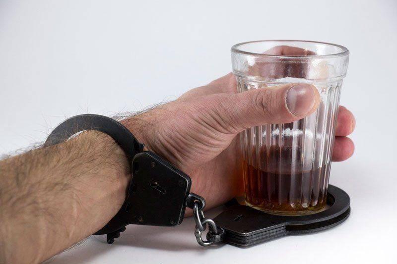 Рука, прикованная к стакану