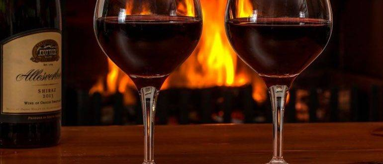Бутылка и два бокала красного вина