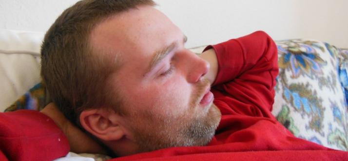 Мужчина пытается уснуть