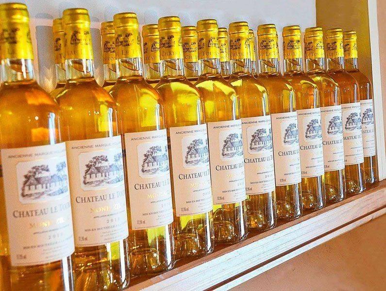 Ряд бутылок белого вина