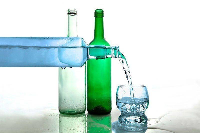 Переливание водки из бутылки в стакан