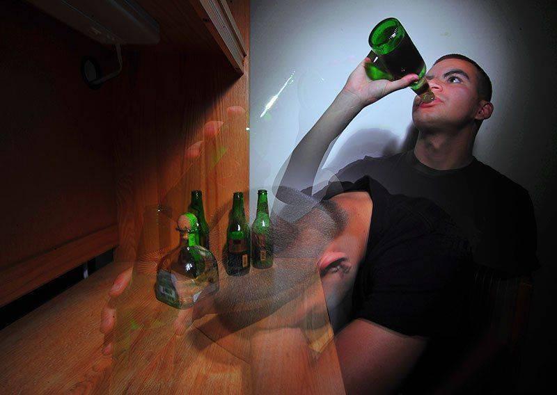 Выпивает