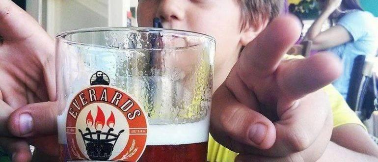 Мальчик пьет пиво