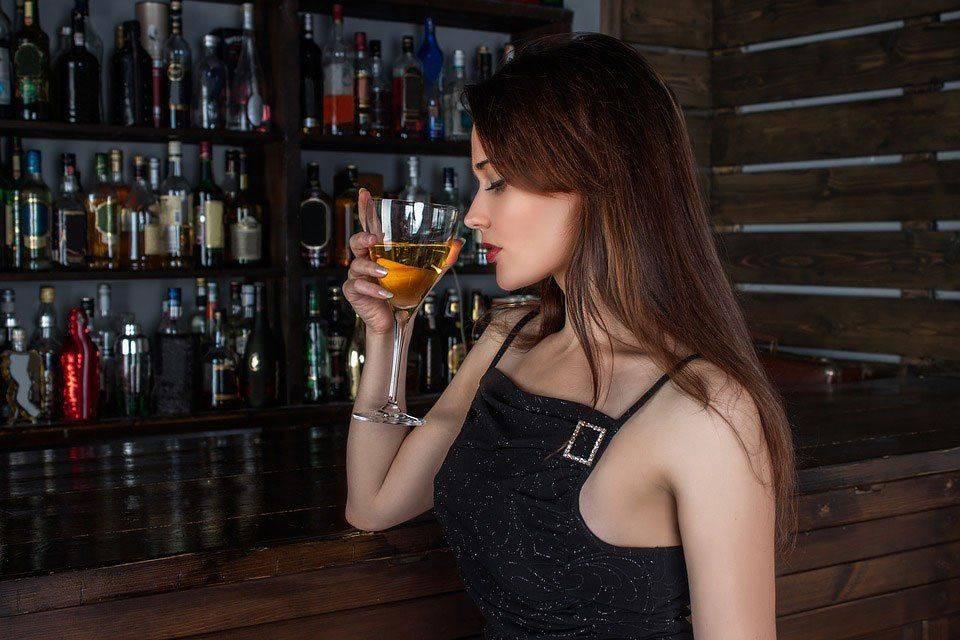 Девушка пьёт алкоголь