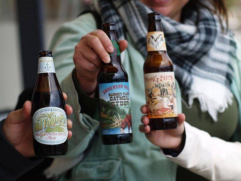 Компания пьет безалкогольное пиво