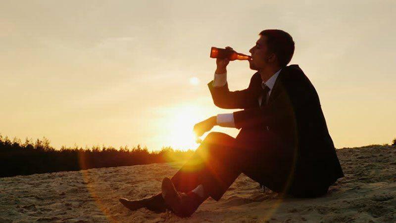 Человек выпивает
