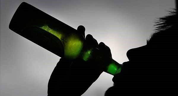Пьет пиво
