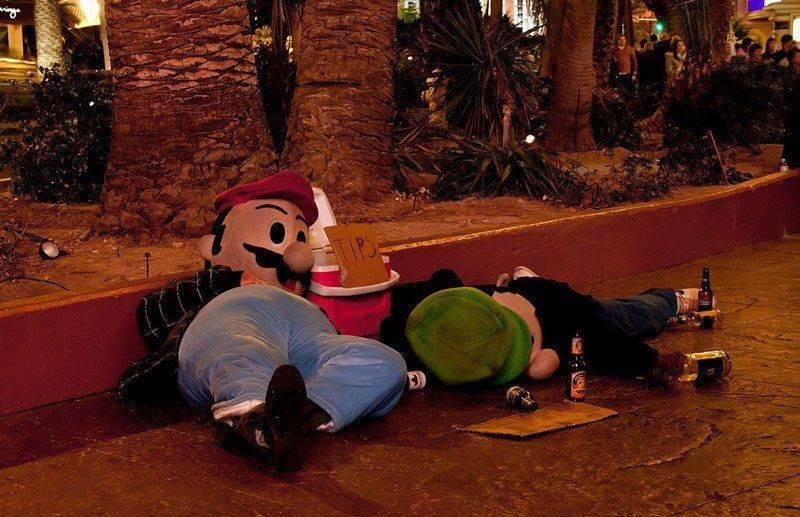 Пьяные люди в костюмах