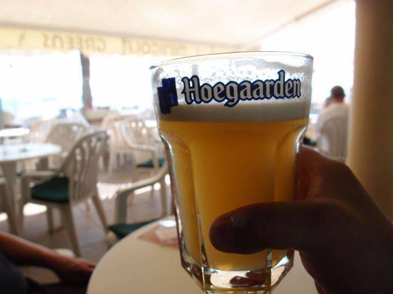 Держит в руки Hoegaarden
