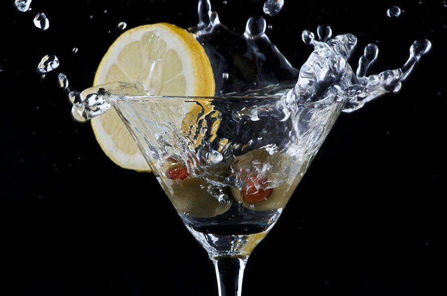 Мартини в бокале и лимон