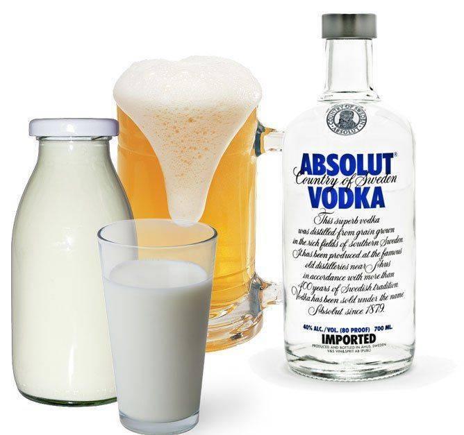 Стакан и бутылка с молоком и алкоголь