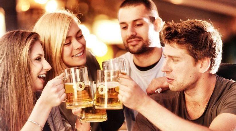 Друзья с бокалами пива
