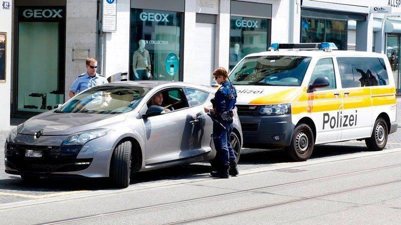 Инспекторы около автомобиля нарушителя