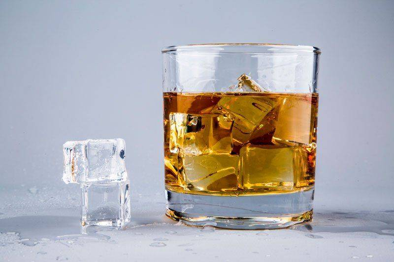 Бокал виски с кубиками льда