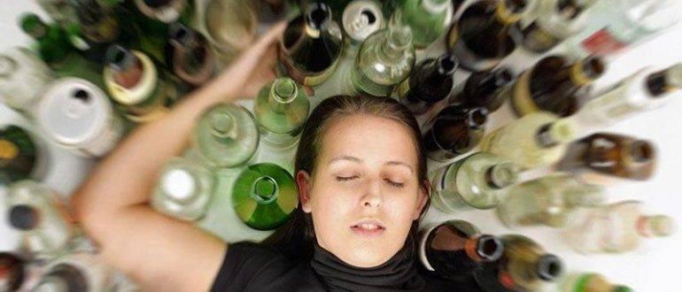 Много алкоголя вокруг девушки