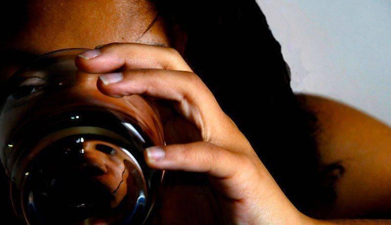 Женщина, страдающая алкоголизмом
