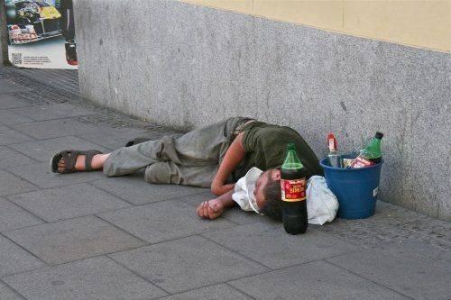 Мужчина лежит на улице