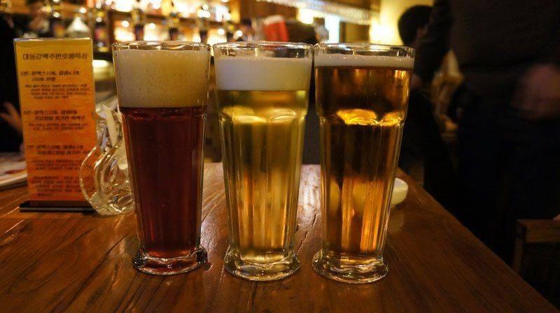 Три стакана пива на столе