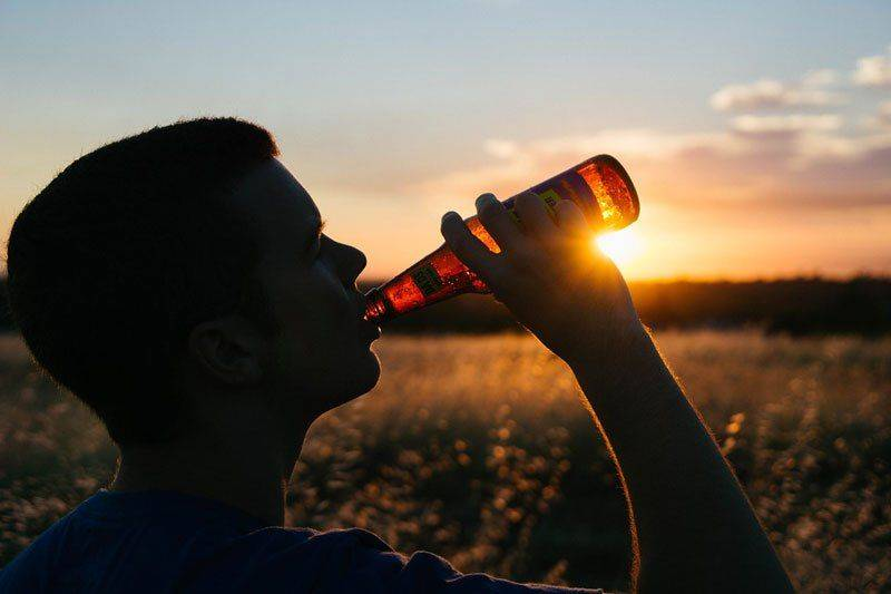 Молодой парень выпивает