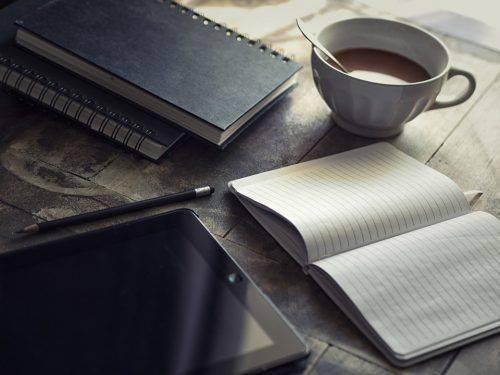 Дневник и кофе на столе