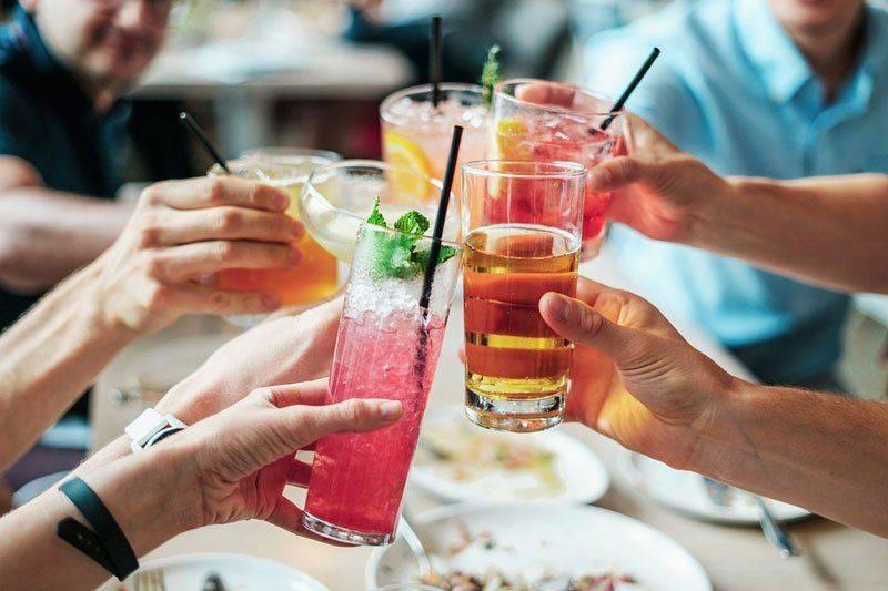 Пьют в компании