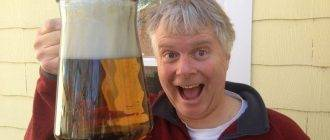 Мужчина с большим стаканом пива