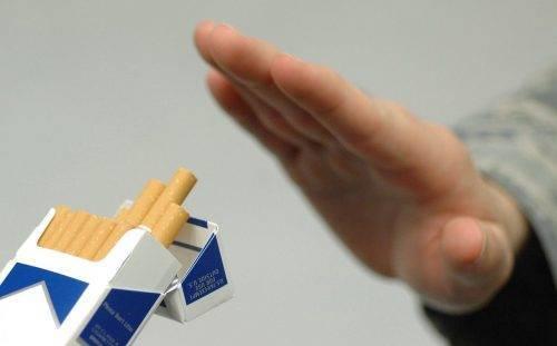 Мужчина говорит нет сигарете