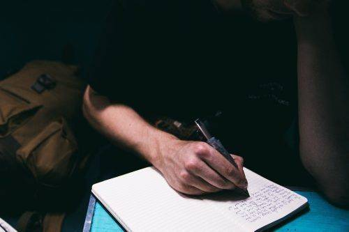 Пишет в тетради