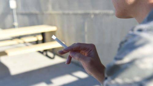 Курящий человек
