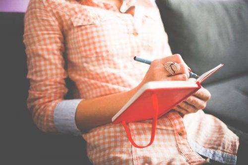 Девушка пишет в дневник