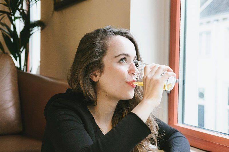 Женщина выпивает