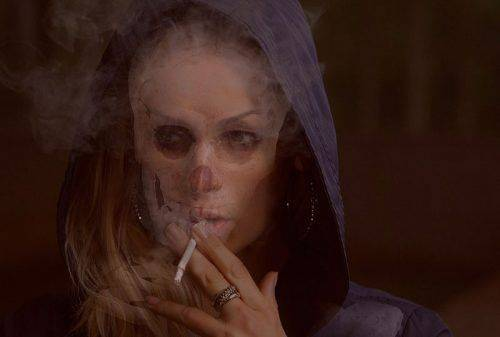 Курящая женщина
