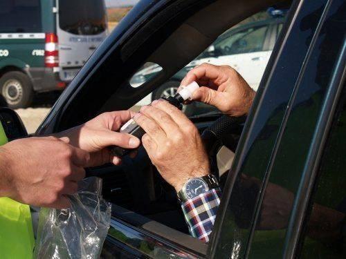 Проверка водителя алкотестером