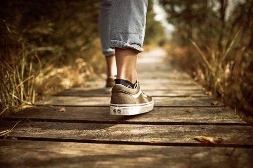 Человек гуляет