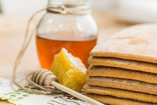 Массаж голеностопа медом