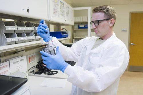 Лаборант смотрит на анализы