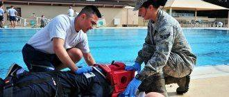 Спасатели помогают утопленнику