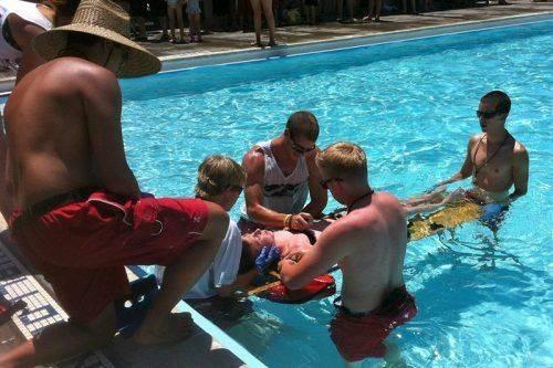 Несколько ребят работают над спасением