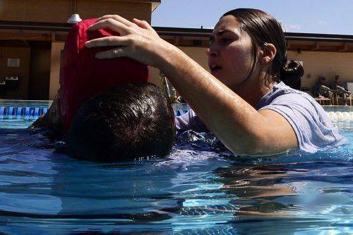 Женщина спасает утопающего