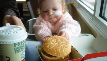 Ребенок ест бургер