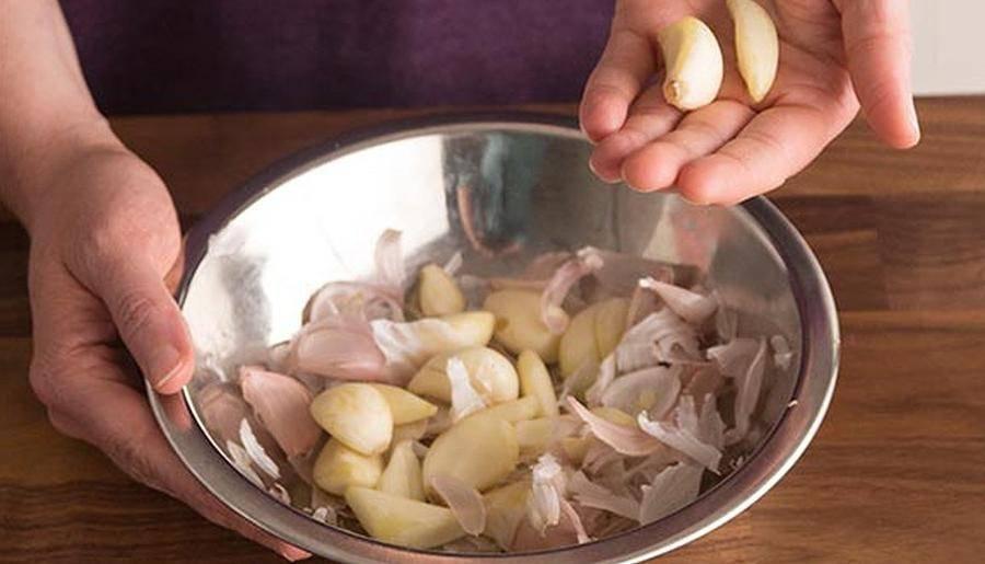 Как быстро и легко очистить чеснок от чешуи и шелухи в домашних условиях: способы, лайфхаки, хитрости, видео. как быстро почистить много чеснока, чеснок в банке, молодой чеснок за 10 секунд?