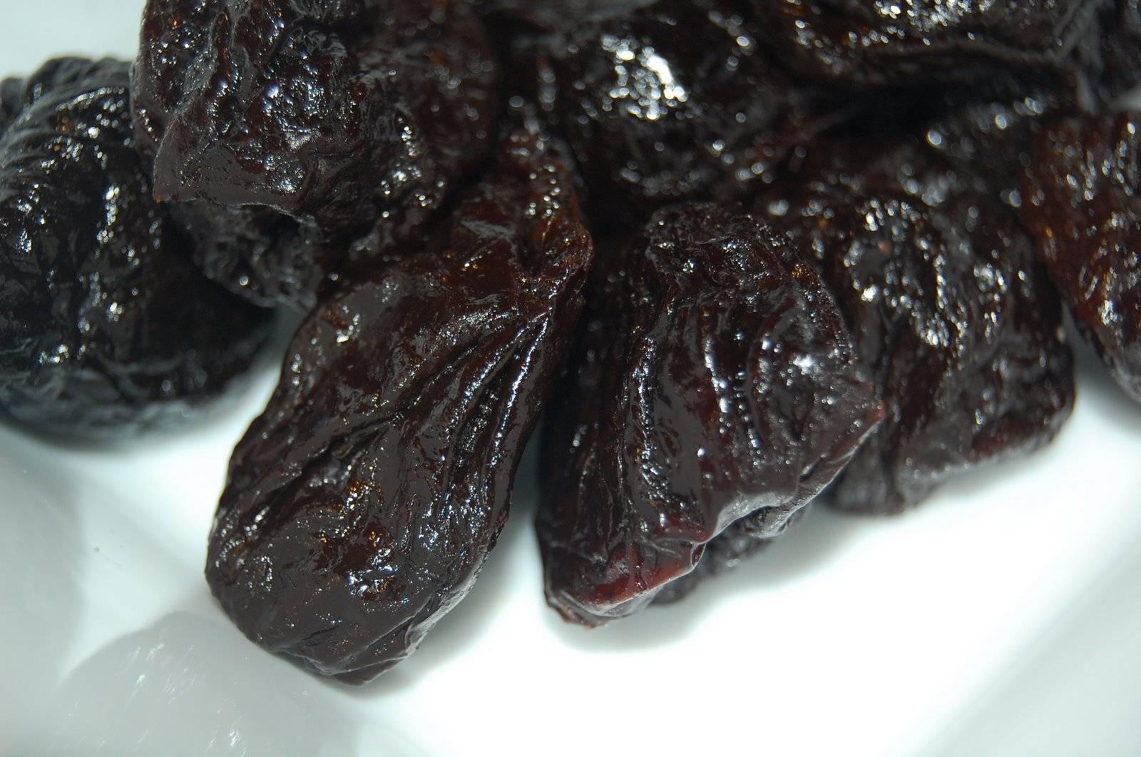 Чернослив: польза и вред для организма женщины и мужчины
