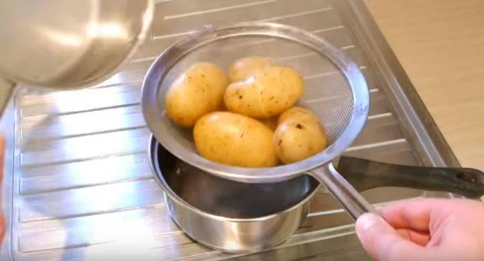 Как быстро и безопасно почистить сырой и отварной картофель, используя простые и проверенные методы
