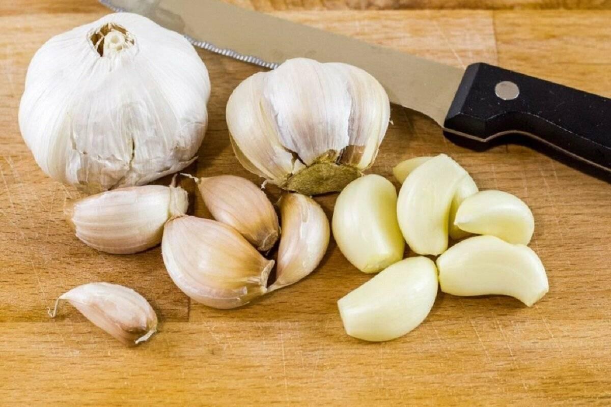 Как быстро почистить чеснок от шелухи