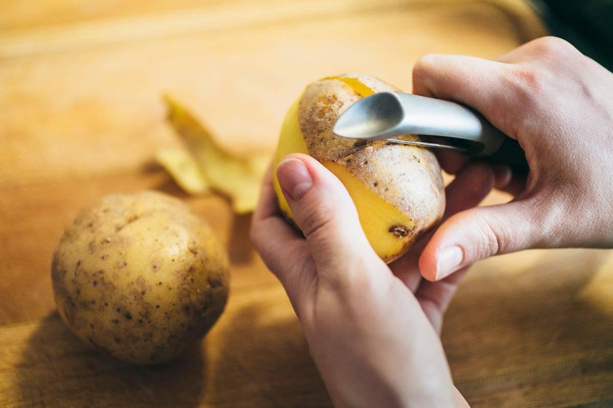 Как легко и быстро почистить молодую картошку полезные советы