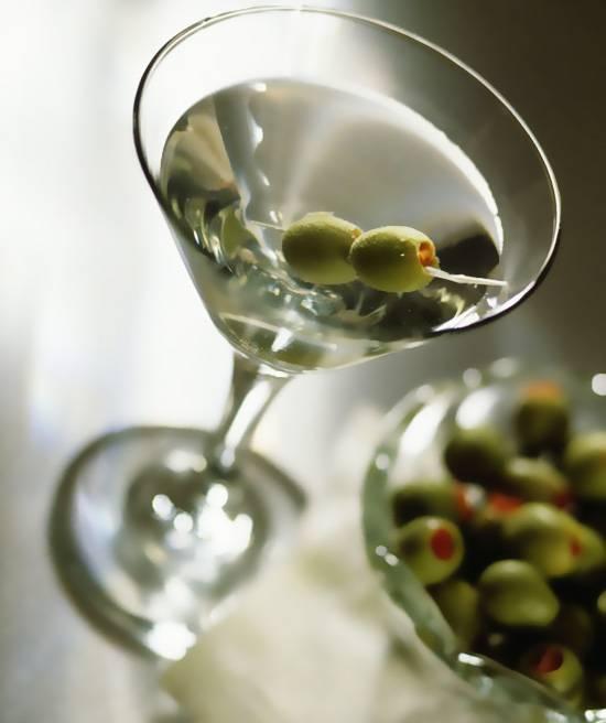 """Все по правилам: чем закусывать и как правильно пить """"мартини"""""""