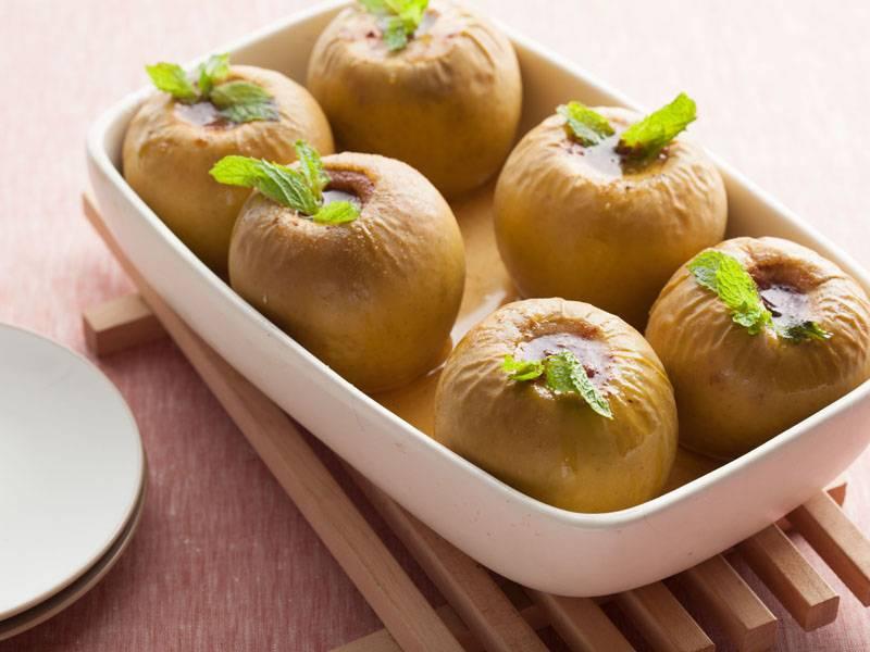 Печеные яблоки (в духовке) — польза и вред для организма человека